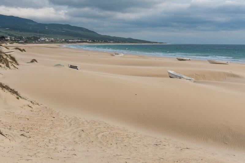 пляж Bolonia на берегу Света (costa del luz), Кадис