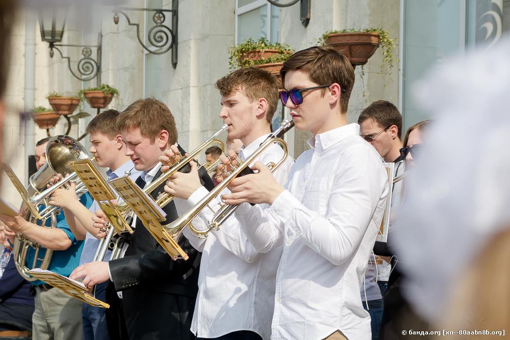 Концерт на перроне вокзала