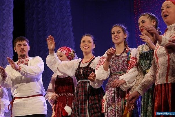Студентки неделю носили русские народные костюмы