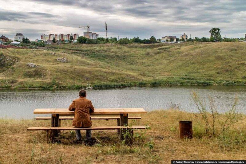 я сижу на столом на берегу реки Исеть