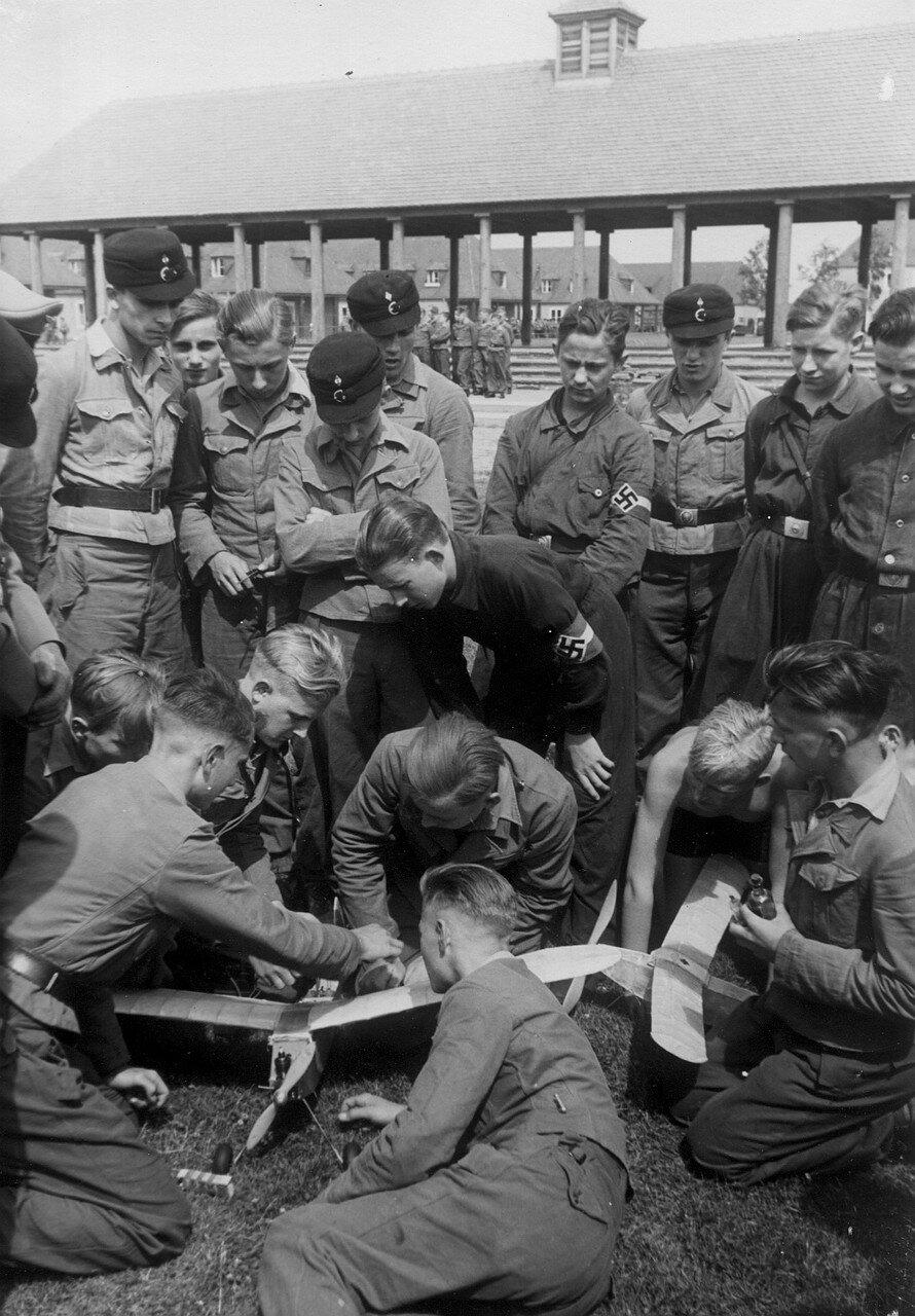 Фаллерслебен. Члены гитлерюгенда во время занятий по военной подготовке