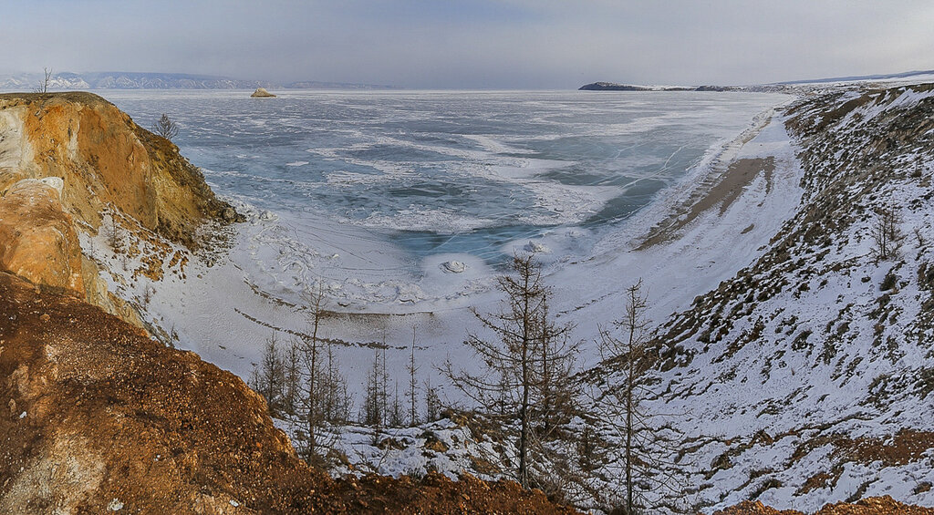 Байкал в марте. Вид на Малое море с острова Ольхон