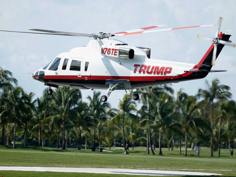 Вертолет Trump Organization приземляется на трассе во время тренировочного раунда перед началом