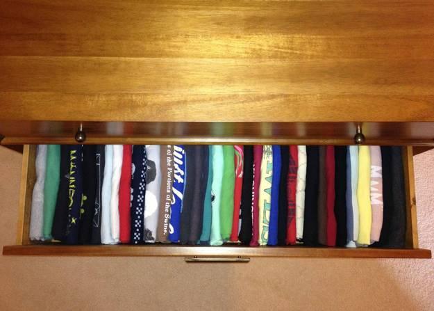 3. Вертикально сложенная одежда Складывайте одежду в выдвижные ящики вертикально – так вам не придет