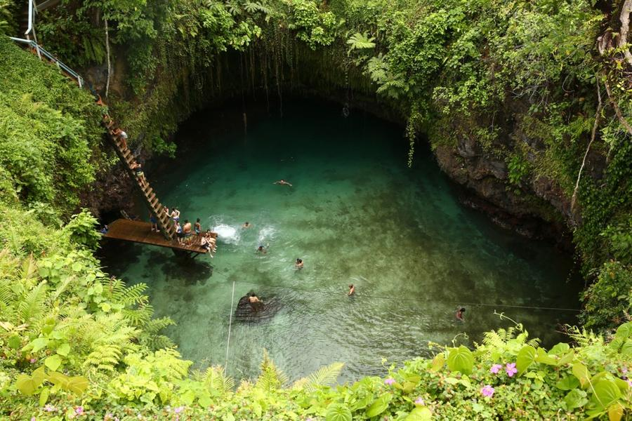 1. Туристы купаются в океаническом бассейне То-Суа деревне Лотофага, Самоа, 12 сентября 2015 года. Т