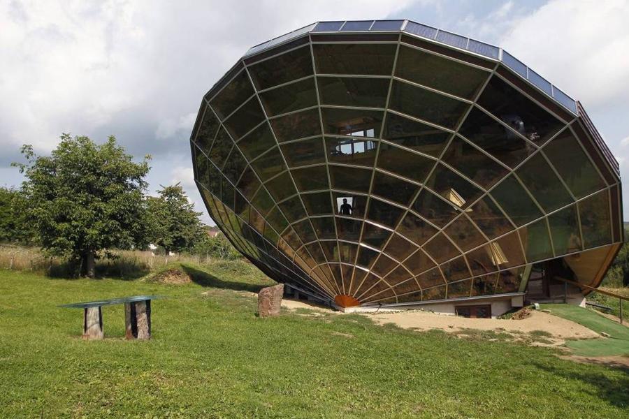 Этот странный дом, расположенный в Страсбурге, создан, чтобы действовать, как солнечные часы. Он ост