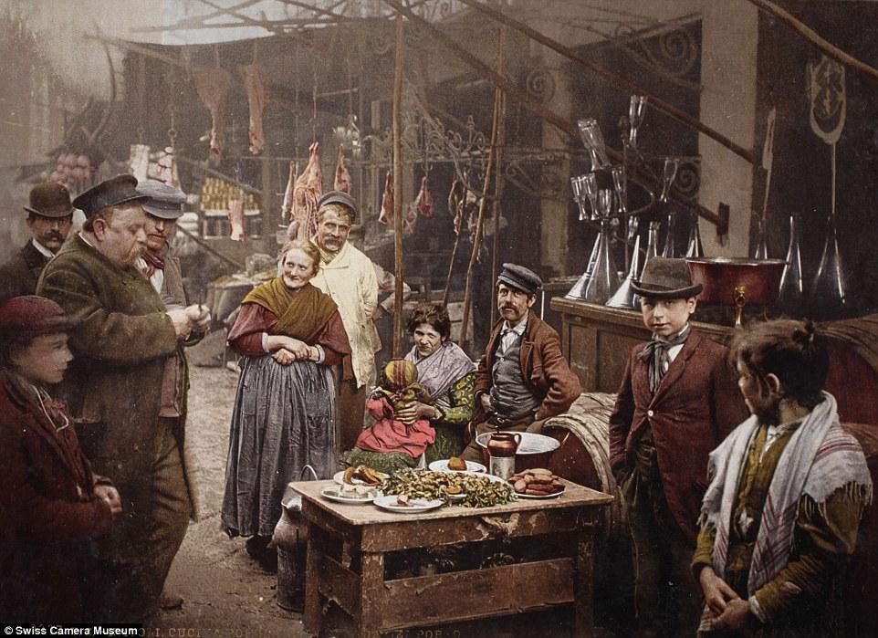 Люди пробуют на вкус уличную еду, Неаполь, 1899.