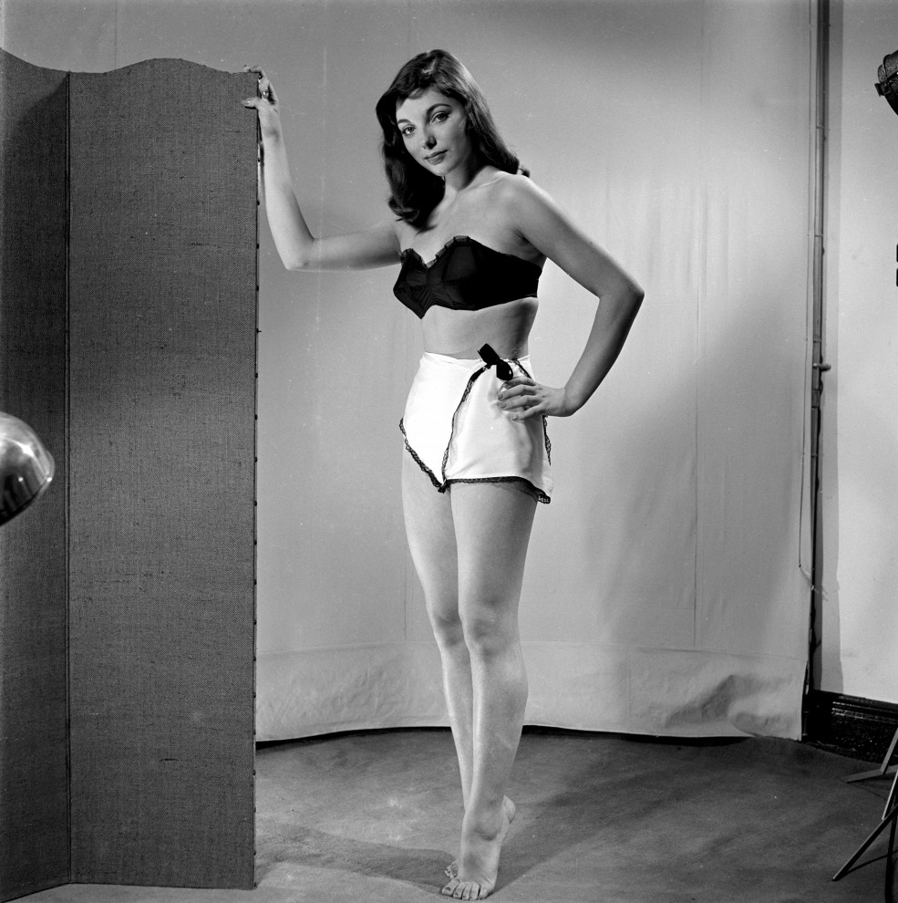 Женская интимная мода середины 1940-х — 1950-х годов XX века отличалась компромиссом между привычным
