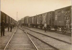 Солдаты и офицеры у эшелона 7-го железнодорожного батальона (в пути, на одной из станций).