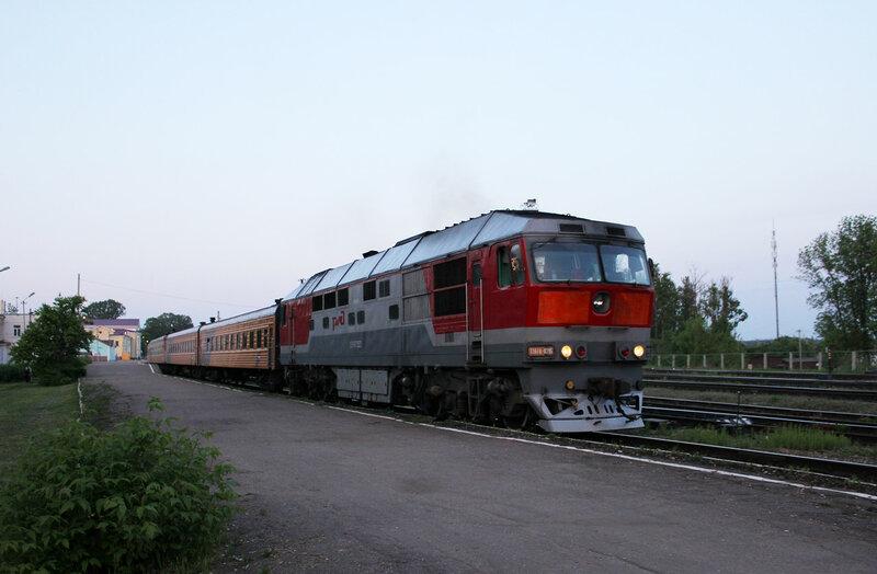 ТЭП70-0215 с поездом №1 Москва - Рига на станции Ржев-Балтийский отправляется на Великие Луки