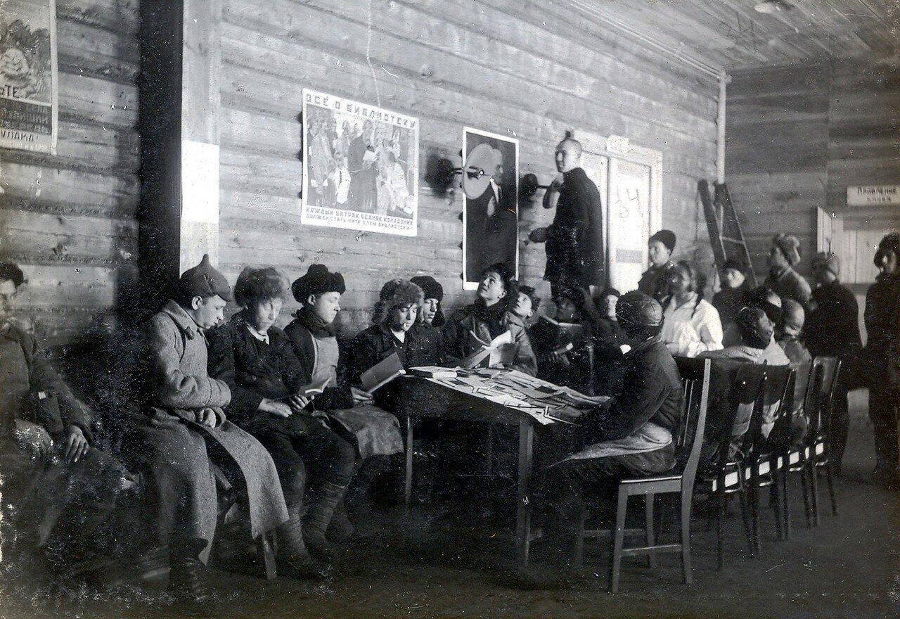 1930-е. Радиоуголок при клубе Октябрьского Поля