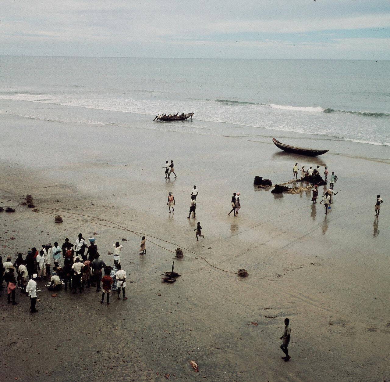 Рыбаки с сетью на берегу. 28 марта