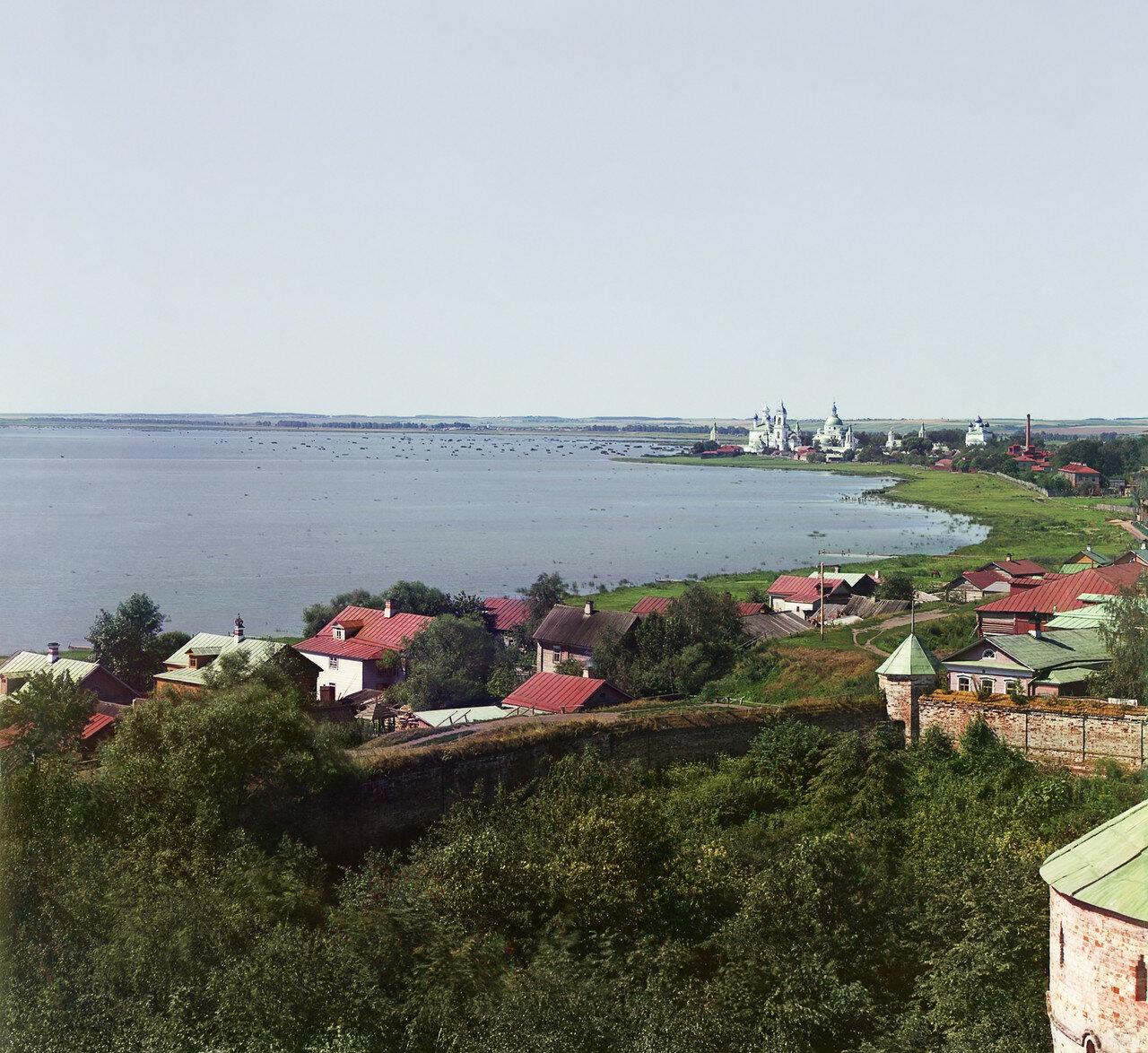 Вид на Спасо-Яковлевский монастырь с вышки Ростовского музея в Кремле