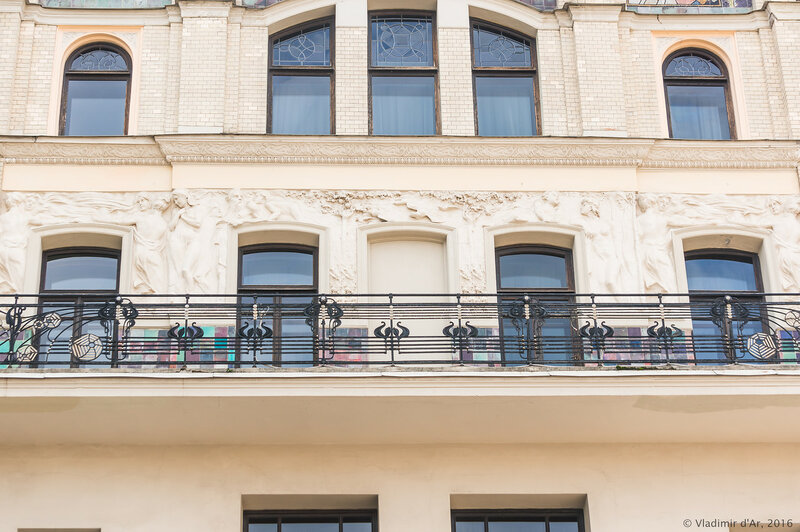 Скульптурный фриз «Времена года», опоясывающий здание гостиницы «Метрополь». Восточная сторона здания. Николай Андреев.