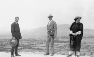 ил. 3 - Супруги Лоуренс и Виттер Биннер в Теотиуакане, Мексика, 1923.jpg