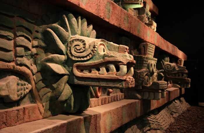 ил. 4 - Головы пернатых змеев на стенах храма Кетцалькоатля в Теотихуакане..jpeg