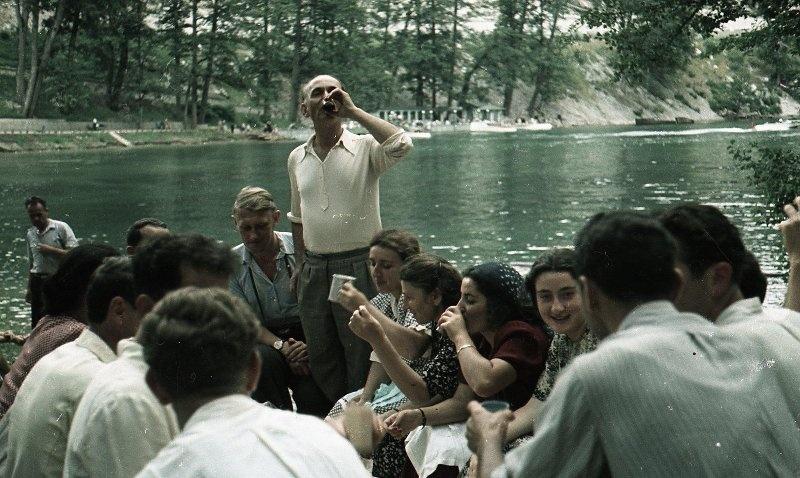 1952 Застолье на берегу. Колхозники. Из серии «Озеро Рица». Владислав Микоша.jpg