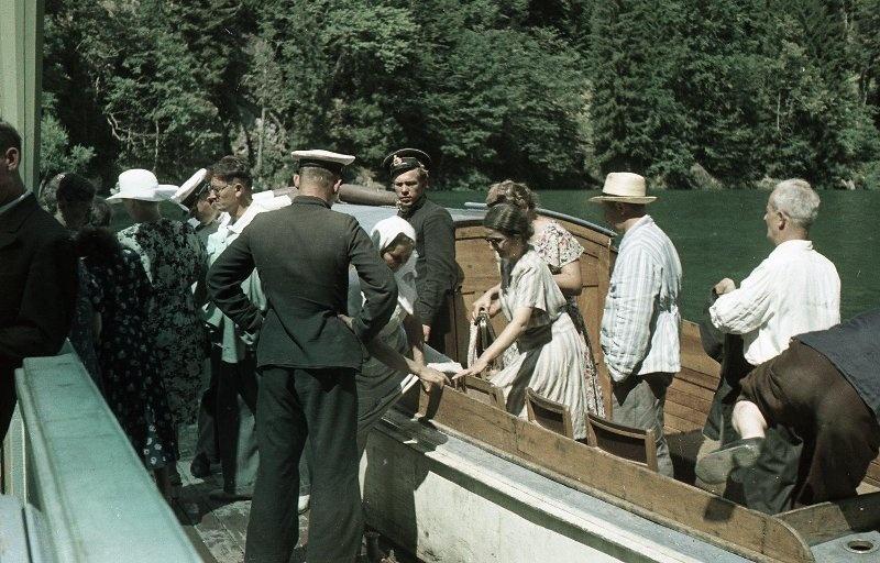 1952 Посадка на катер. Из серии «Озеро Рица». Владислав Микоша.jpg