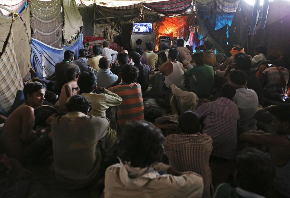 Кинотеатр для бедных под мостом в Индии