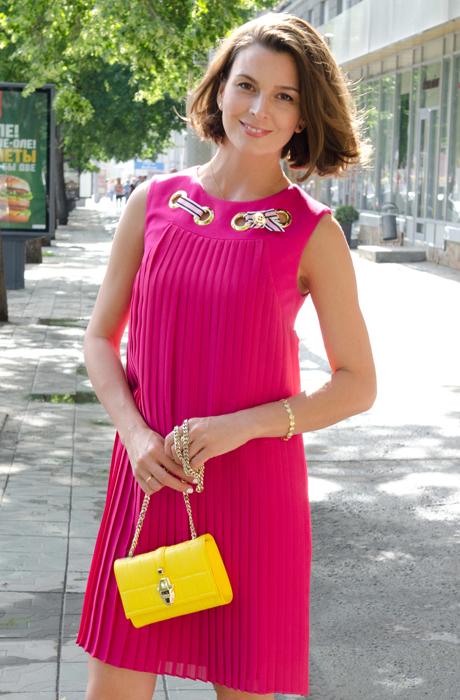 Платье желтого цвета особого маслянистого оттенка