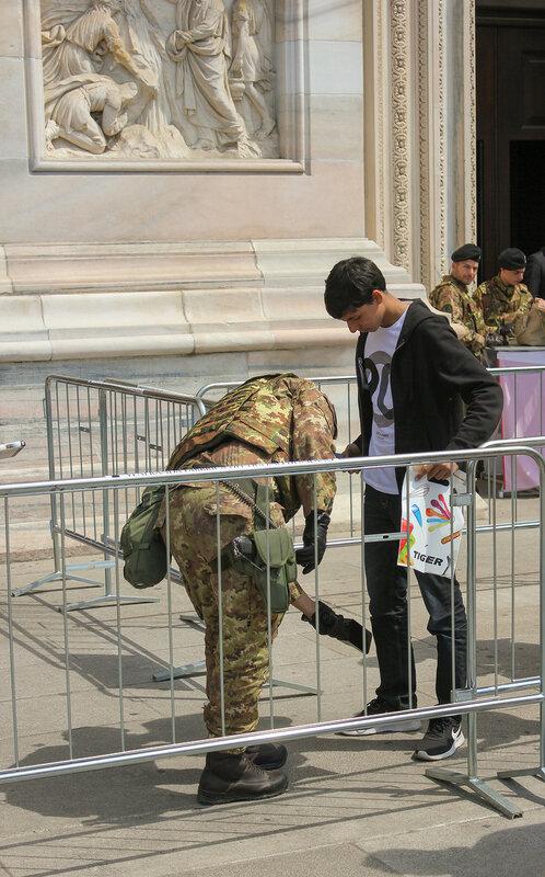Карабинеры проверяют посетителей храма Дуомо