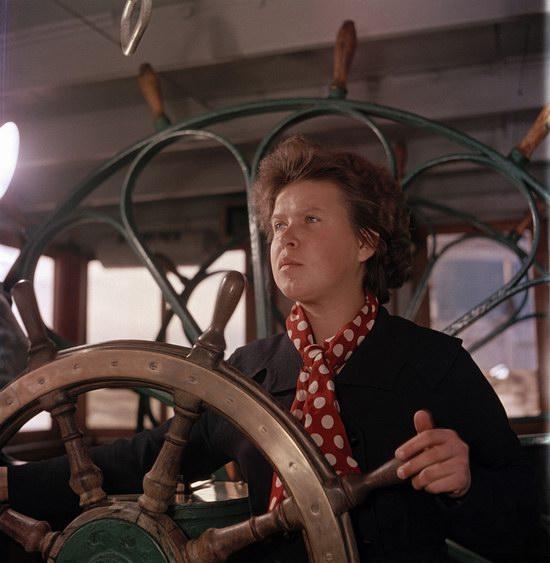 Женщина управляет кораблем на Волге, Казань, 1950.