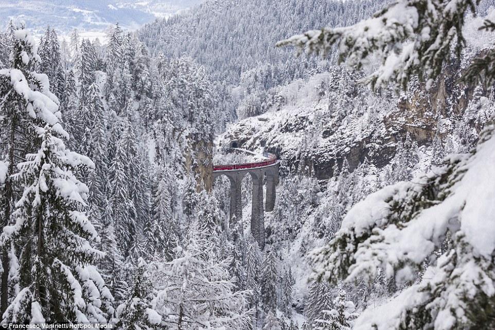 На 120-километровом участке железной дороги, проходящем через долину Альбула, находится 55 туннелей