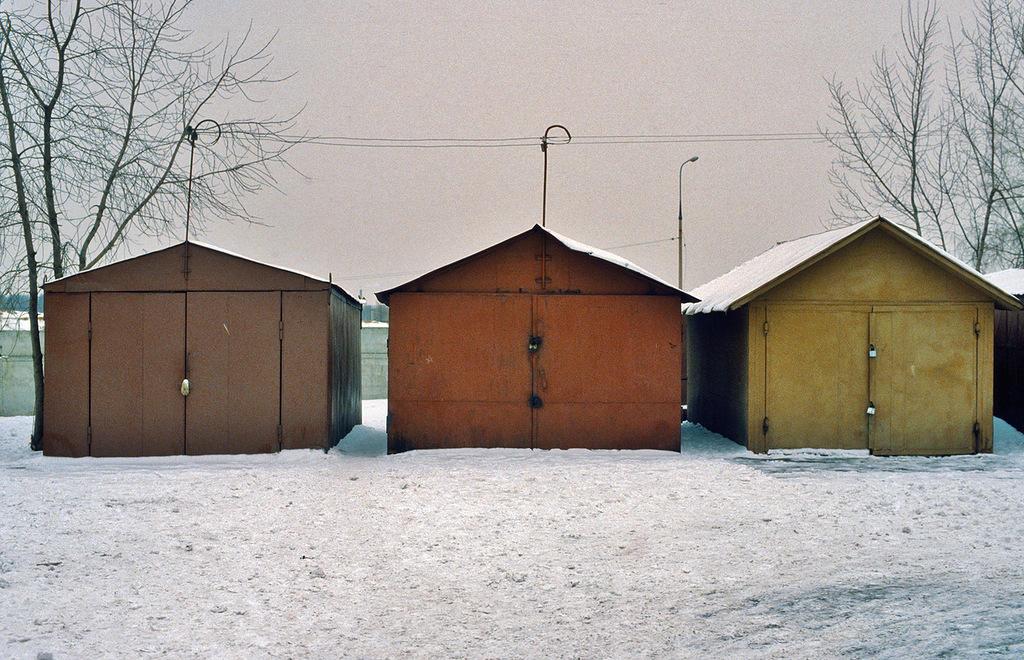 Такие гаражи имелись во многих дворах и сейчас еще кое-где сохранились, хотя их последовательно