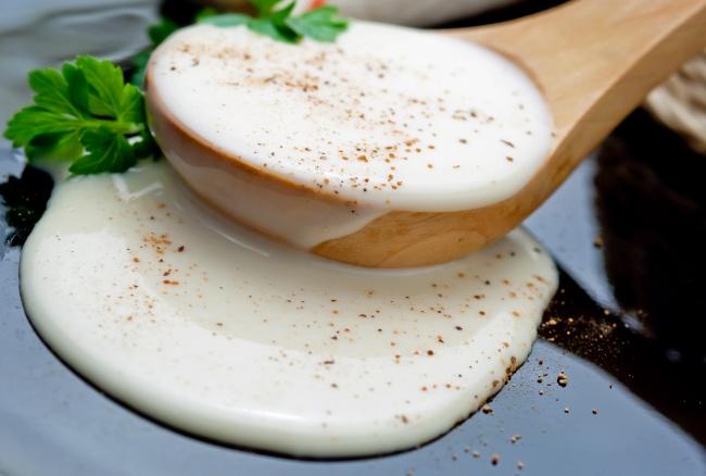 Ингредиенты: 175г твердого сыра 2зубчика чеснока 200г сливок мускатный орех молотый соль, перец п