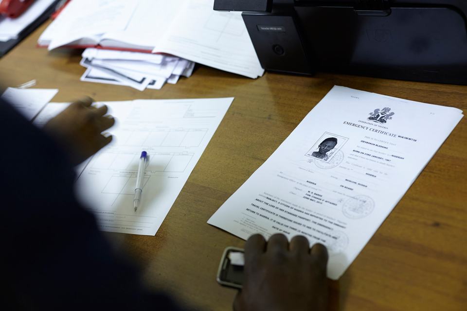 9. В здании УФМС. Оформление документов для добровольной депортации. А это новые документы Блессинг.