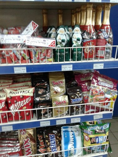 супермаркет антинародный продает дедов морозов и новогодние подарки май 2016 года Луганск