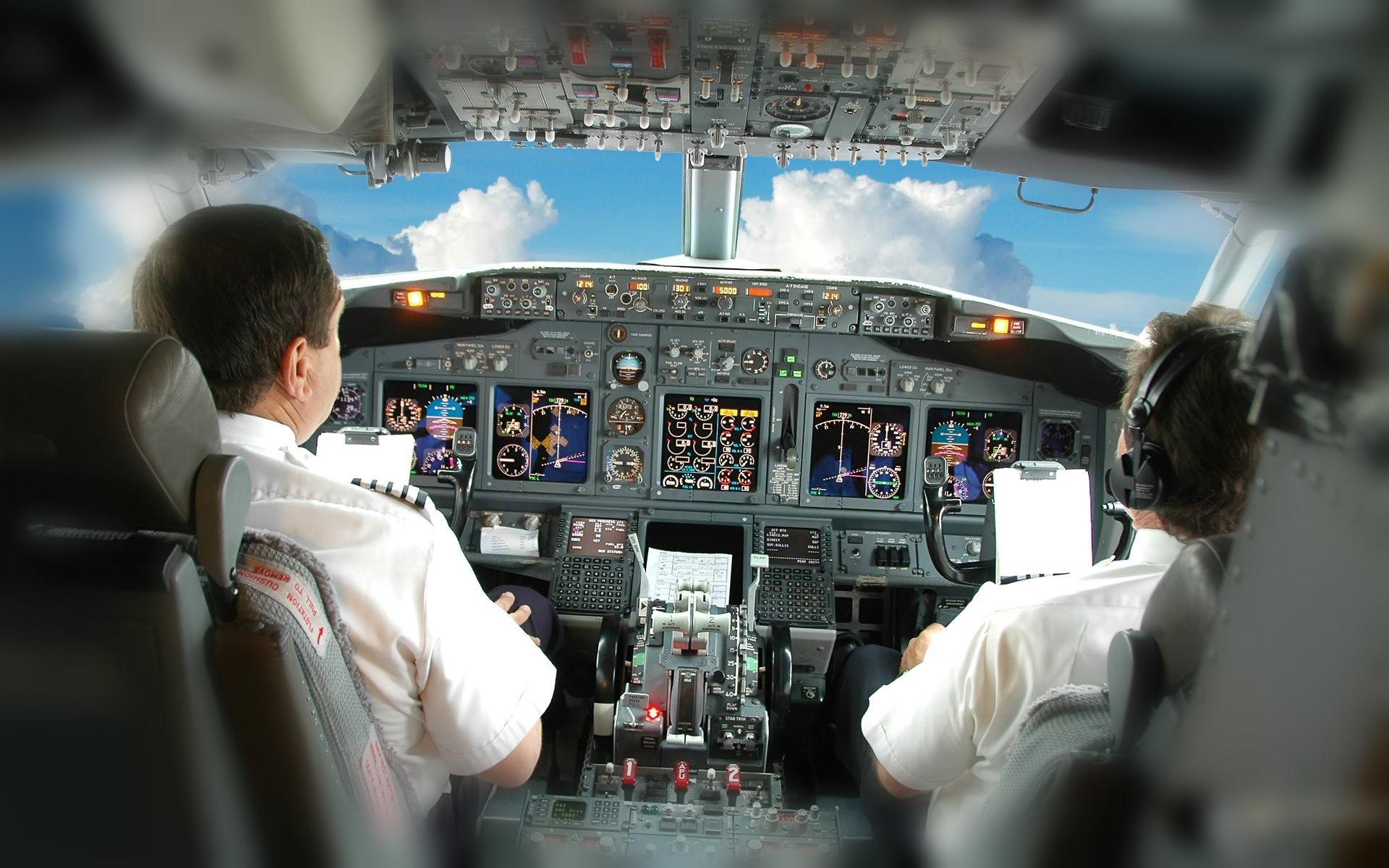пилоты в кабине едят разную пищу