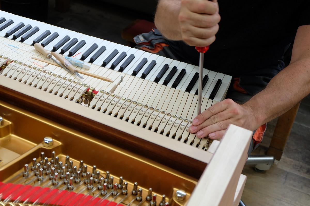 Установка клавишного механизма, калибровка клавишного механизма, как делают рояли Steinway & Sons