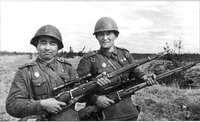 Слева гвардии ефрейтор Мамадали Мадаминов.jpg