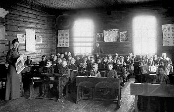 Земская школа. Урок ведет Серафима Александровна Мышкина. 1908-1912гг.jpg