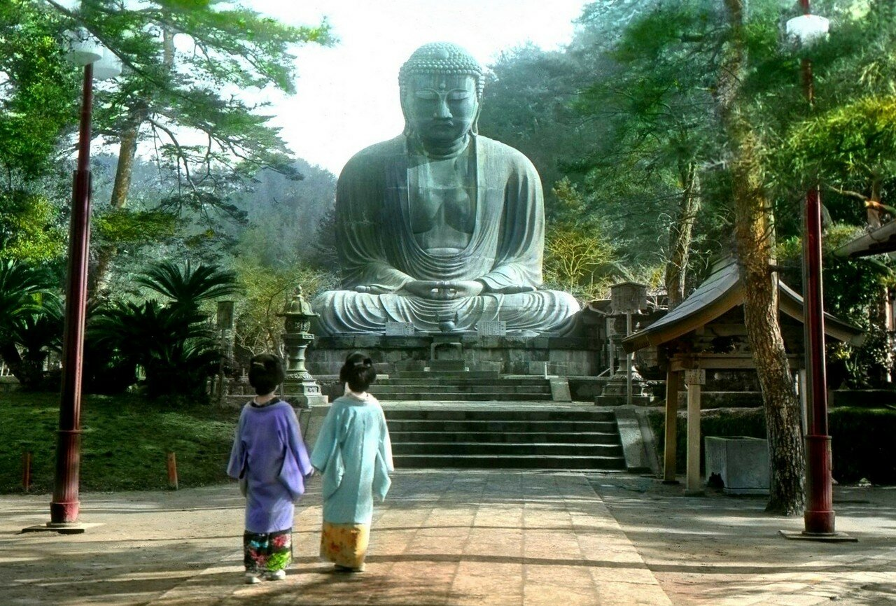 Камакура. Две молодые женщины возле изваяния Будды