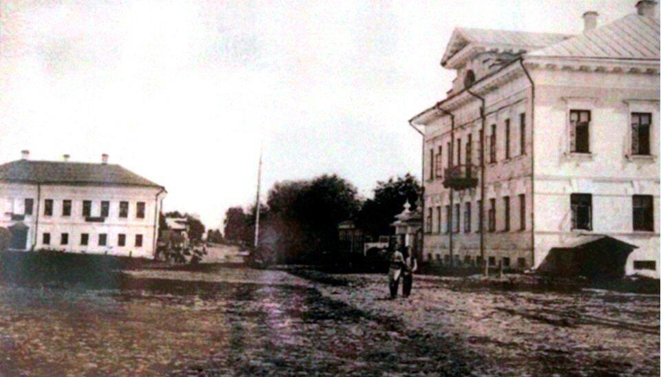 Усадьба Мышкинского купца Тимофея Васильевича Чистова (справа)