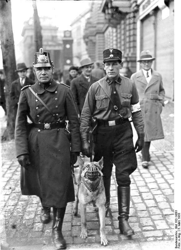 Berlin, Polizeipatrouille am Wahltag