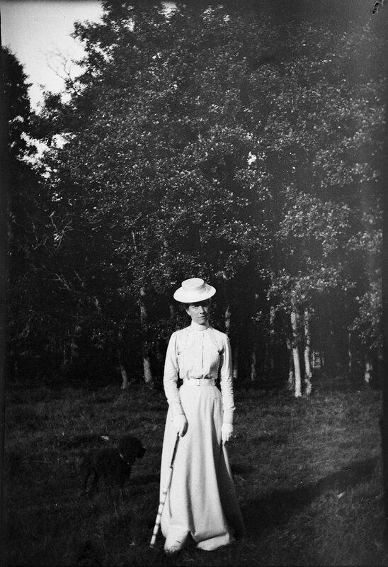 Королева Виктория во время прогулки с одним из ее пуделей, 1900
