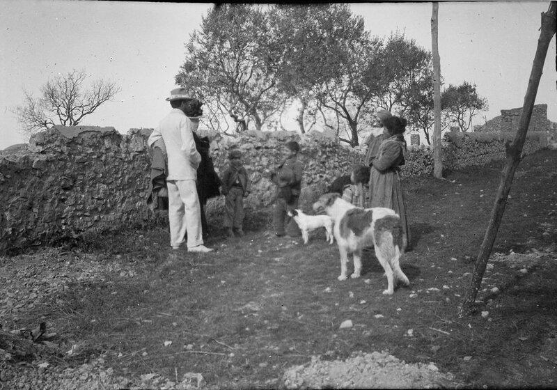 Аксель Мунте и группа местных жителей на Капри, 1900