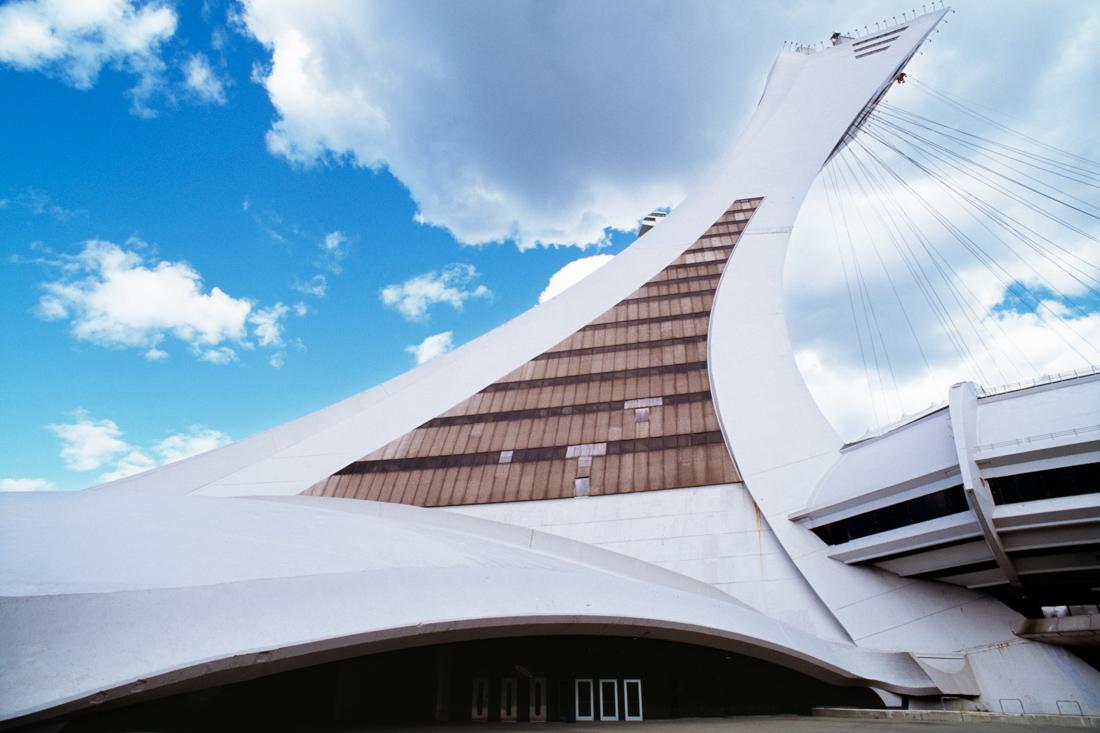 Башня Ла Тур-де-Монреаль, высота — 175 м, угол наклона — 45 градусов. Самая высокая наклонная башня.