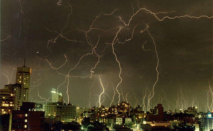 Красивые фотографии молний в самых разных местах и ситуациях 0 a5524 a0e12484 orig