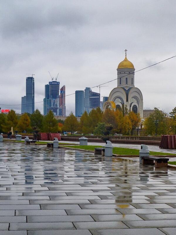 Церковь Георгия Победоносца и  Москва-Сити.
