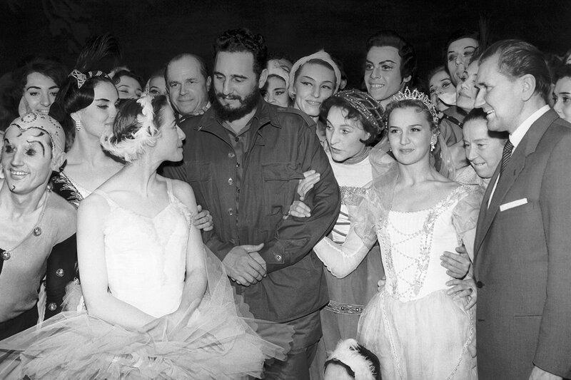 Премьер-министр Кубы Фидель Кастро Рус (в центре) и Майя Плисецкая (слева) с труппой Большого театра, 1963 год.jpg