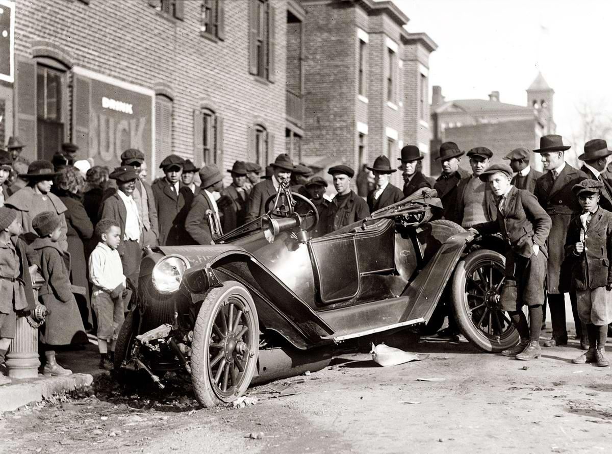 Толпа зевак: автомобиль начальника пожарной службы попал в аварию (1921 год)