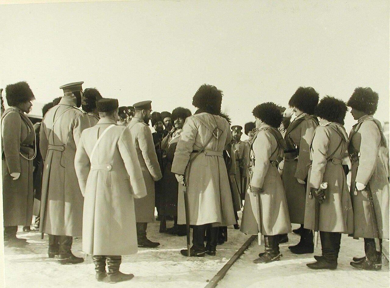 06. Император Николай II беседует с солдатами одного из полков