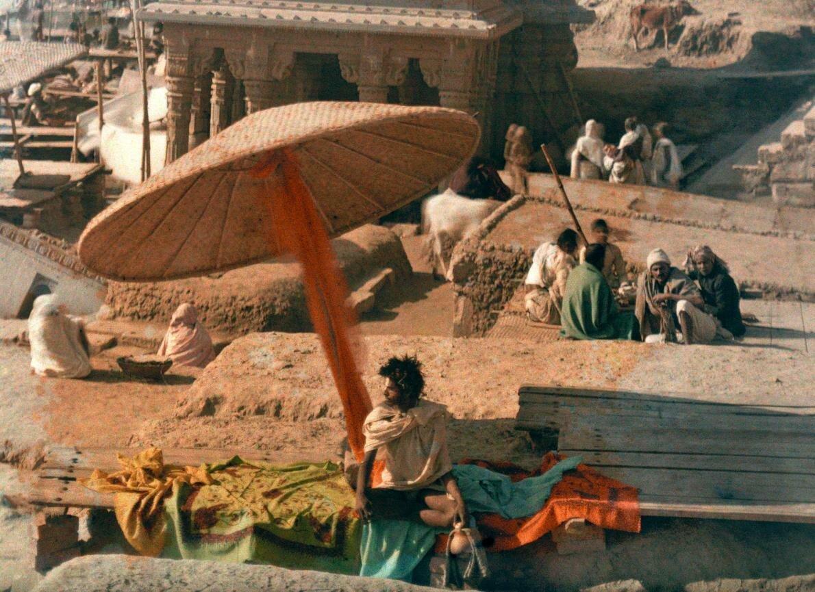 1926. Индия. Факир сидит у реки Ганг в Бенаресе
