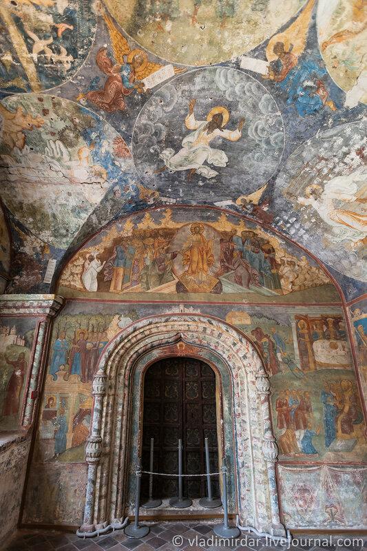 Храмовые росписи у врат Северного придела Ильинской Церкви в Ярославле