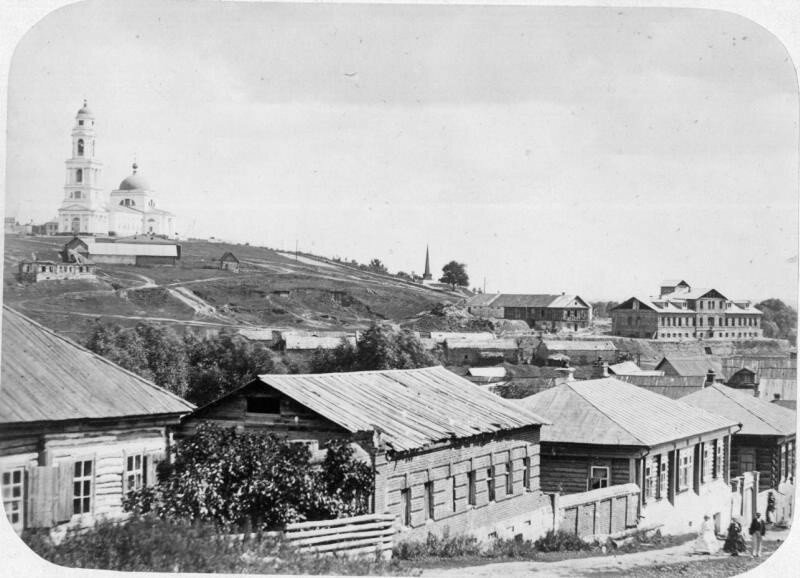 Вид провинциального городка с церковью.jpg