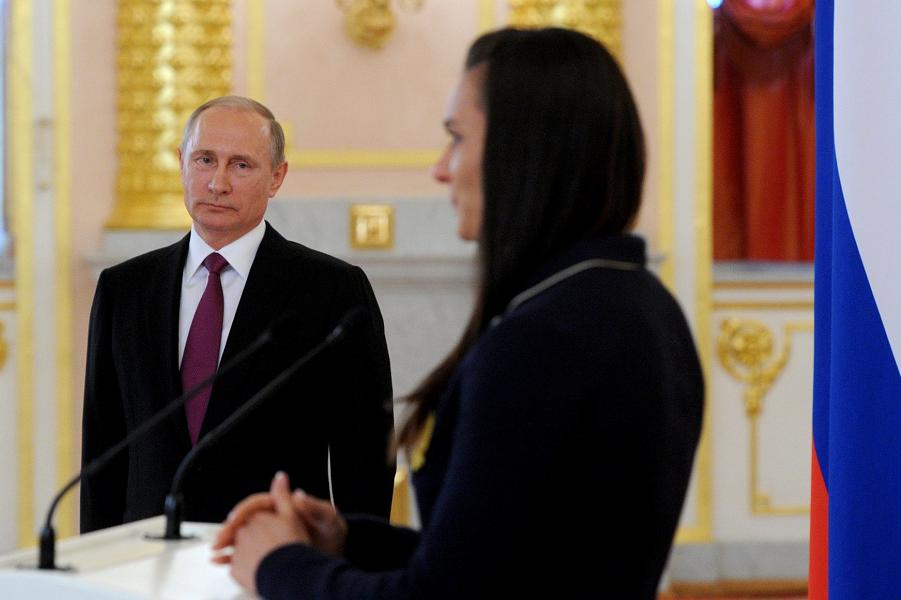 Путин и Исинбаева на встрече президента с олимпийской сборной 27.07.16.png